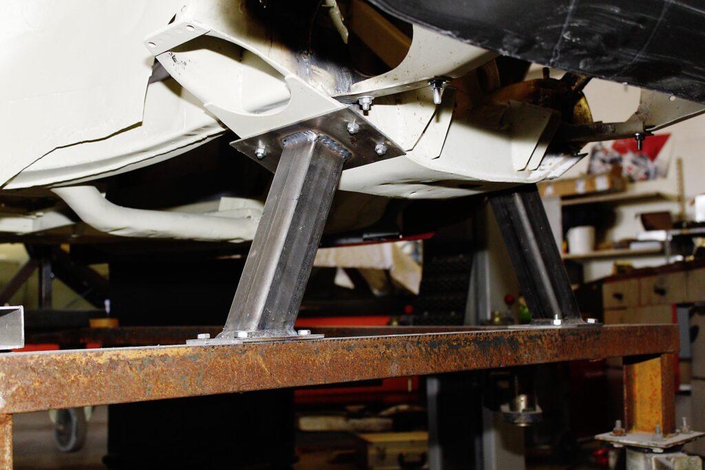MGA während der Restaurierung, Handwerkskunst an der Karosserie, auf der Richtbank