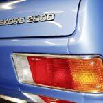 Opel-Rekord-Restaurierung-Heck-Emblem